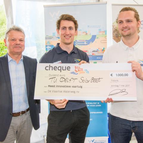 Winnaars meest innovatieve vaartuig TU Delft Solar Boat